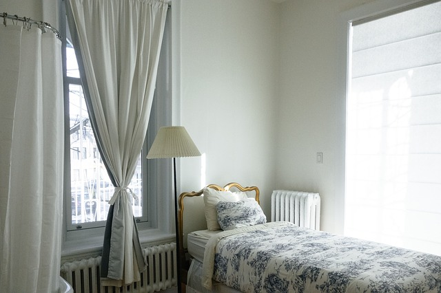 okna u postele.jpg