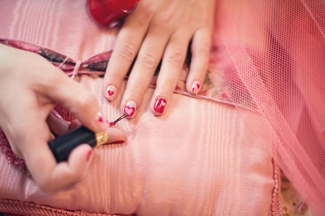 malování srdíček na nehty